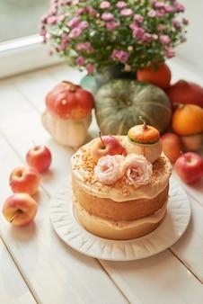 Torta nuda di ringraziamento o halloween con zucche, mele e fiori