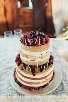 Torta nuziale fatta di panna bianca e bacche