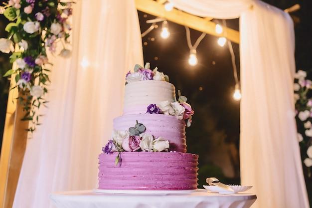Torta nuziale per celebrare il matrimonio e tenere un banchetto