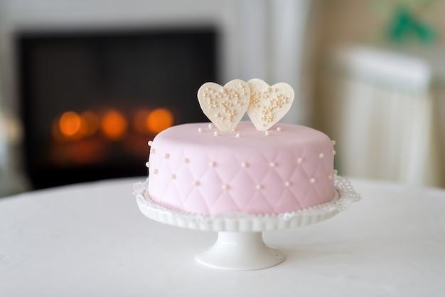 Torta nuziale su un supporto. preparazioni per il matrimonio. attributi di nozze