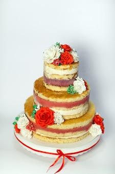 Torta nuziale. torta fatta a mano nuda rustica, decorata con rose.