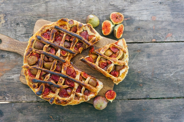 Torta o crostata del fico di autunno con cannella su una vecchia tavola di legno. vista dall'alto