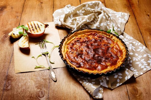 Torta o crostata di cipolle servita con cipolla grigliata