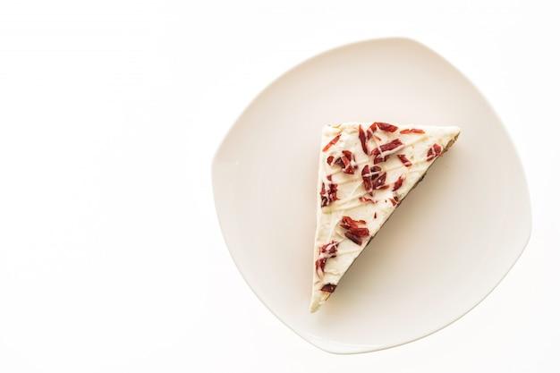 Torta o torta dei mirtilli in piatto bianco