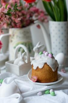 Torta pasquale con coniglietti in ceramica