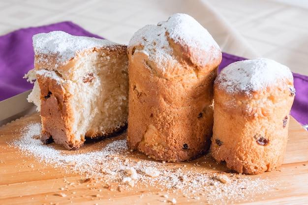 Torta pasquale con zucchero a velo e uvetta