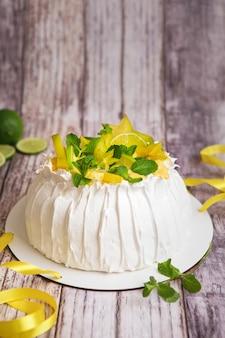 Torta pavlova con panna e frutta fresca