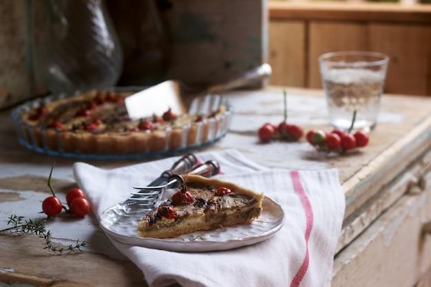 Torta ripiena di verdure, ricotta e panna. stile rustico.