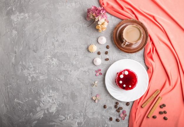 Torta rossa con crema di soufflé con tazza di caffè. vista dall'alto, copyspace.