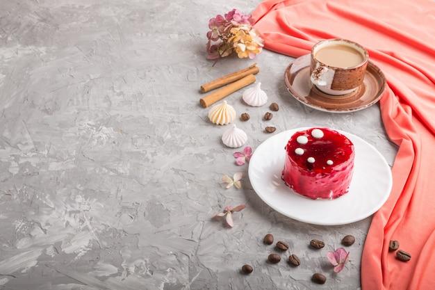 Torta rossa con crema di soufflé con tazza di caffè. vista laterale, copyspace.