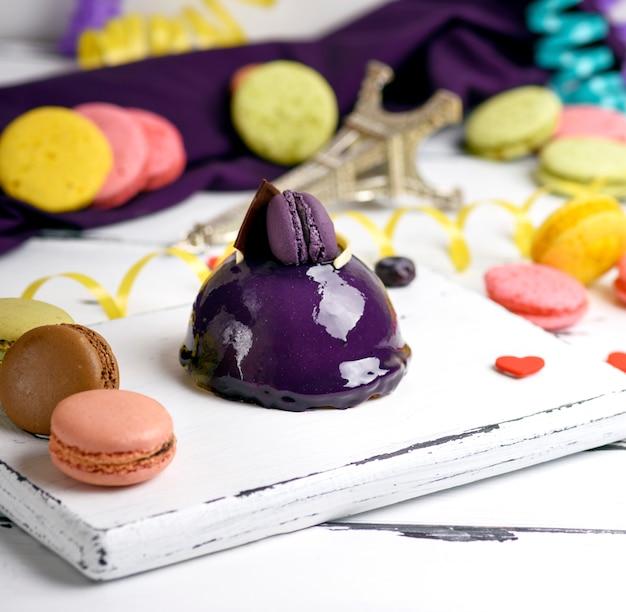 Torta rotonda lilla con macarons