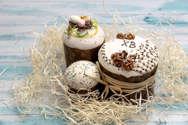 Torta russa tradizionale di pasqua - kulich su un fondo di legno bianco e blu