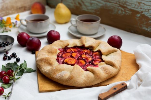 Torta rustica tradizionale preparata con pasta e prugne. natura morta