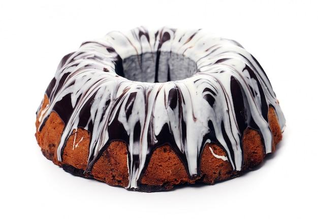 Torta squisita con cioccolato su bianco