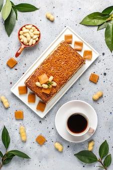 Torta squisita del caramello e dell'arachide con le arachidi e le caramelle del caramello, vista superiore