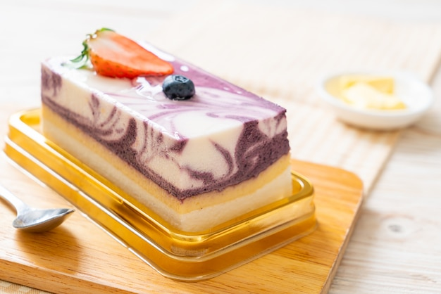 Torta squisita del yogurt di mirtillo sulla tabella