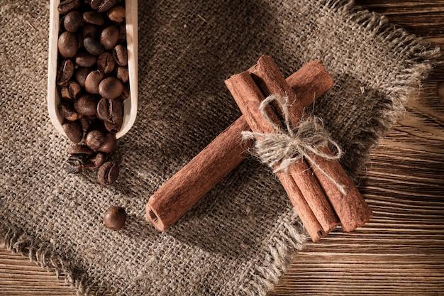 Torta su lettiera con la tazza di caffè su uno sfondo di un tavolo di legno