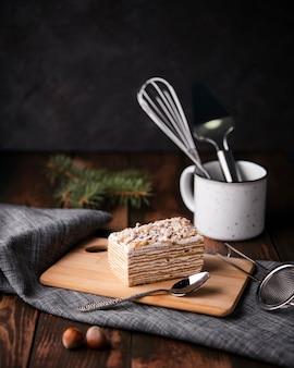 Torta sul tagliere con cucchiaio e castagne