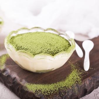 Torta tiramisù con tè verde matcha