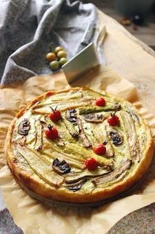 Torta vegetariana fatta in casa con verdure colorate arrotolate