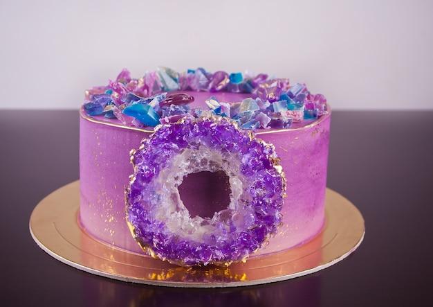 Torta viola con anello di ametista isomalto