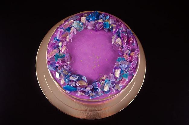 Torta viola con marmellata di ametiste come decoro alla moda per torta