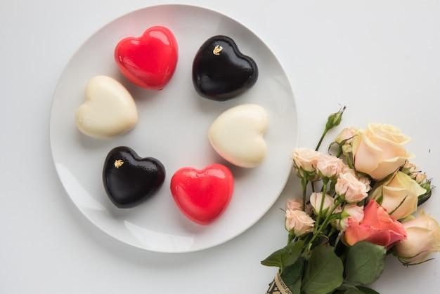 Torte a forma di cuore per san valentino. vista dall'alto. disteso