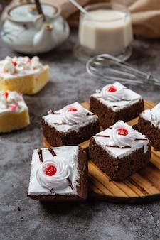 Torte alla vaniglia e cioccolato tagliati in bellissimi pezzi decorativi.