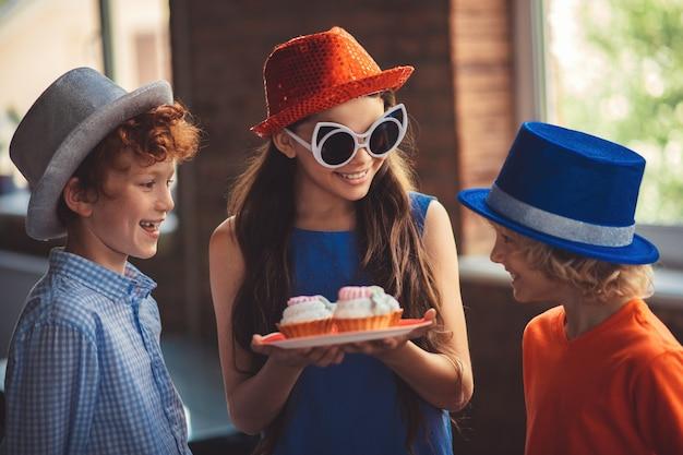 Torte. bella ragazza che tratta gli amici con deliziose torte