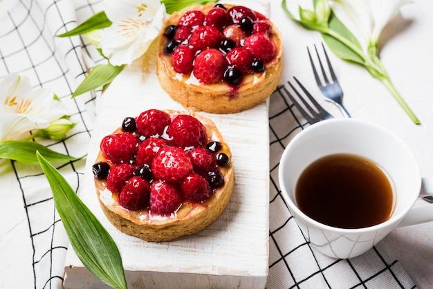 Torte con disposizione di frutta