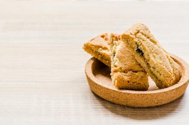 Torte croccanti di strudel di mele su legno