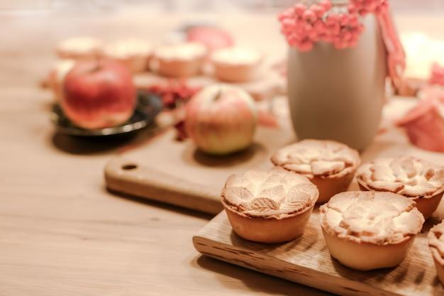 Torte di mele fatte in casa tradizionali del ringraziamento autunno