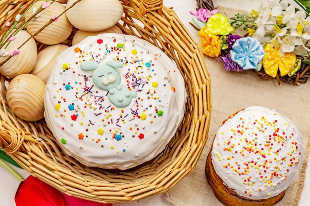 Torte di pasqua su sfondo bianco stucco. pane festivo ortodosso tradizionale
