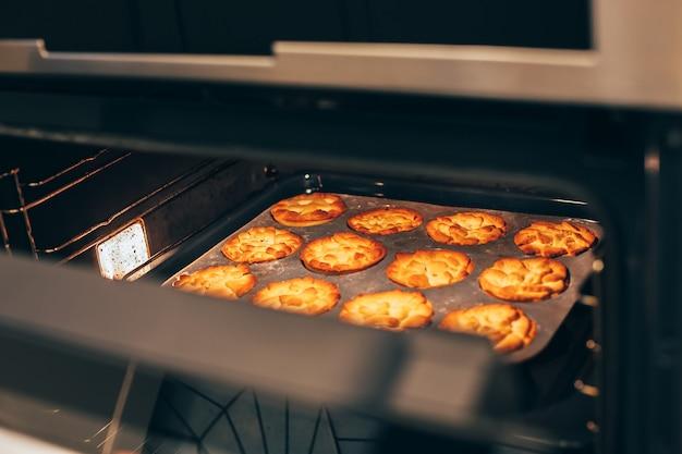 Torte di zucca fatte in casa del ringraziamento in forno caldo