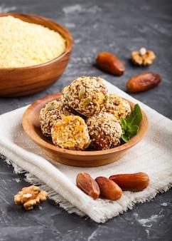 Torte energetiche con albicocche secche, cornflakes, sesamo, lino, noci e datteri