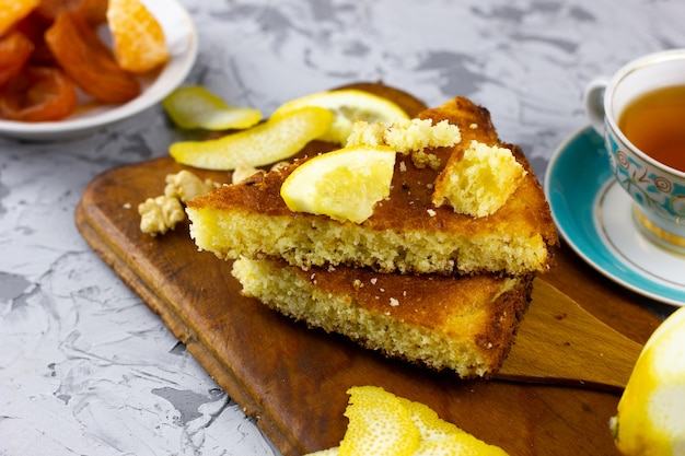 Torte fatte in casa con tè al limone. dolci invernali, con un posto sotto l'iscrizione. torta al limone fatta in casa con frutta invernale