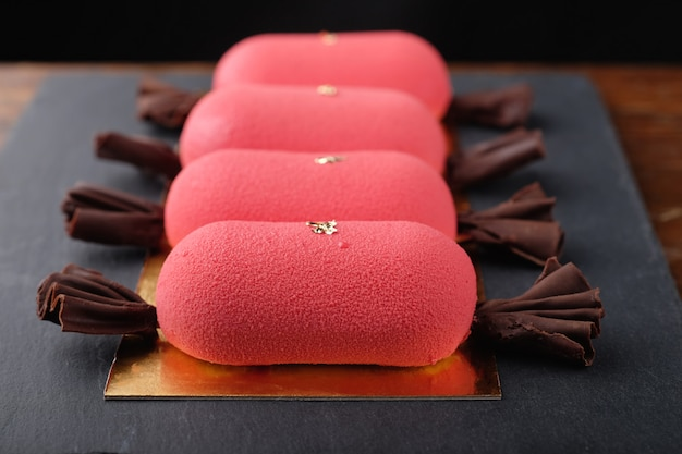 Torte mini mousse rosse con cioccolato velour a forma di caramelle