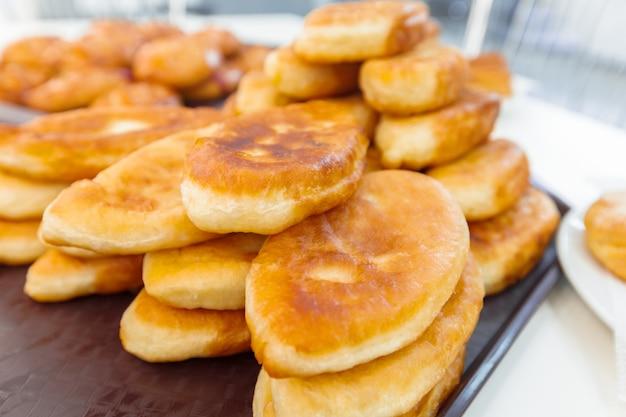 Torte russe tradizionali sul piatto