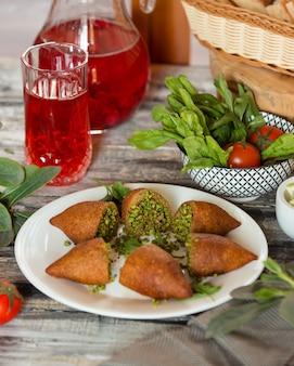 Torte servite con insalata e succo di frutta