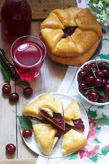 Torte tradizionali rumene e moldave fatte in casa - placinta, servite con vino. stile rustico.