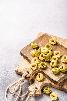 Tortellini fatti in casa con spinaci, formaggio e ricotta