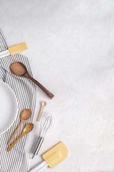 Tortiera in ceramica, frusta, cucchiai di legno, spatola in silicone, pennello da imbastitura