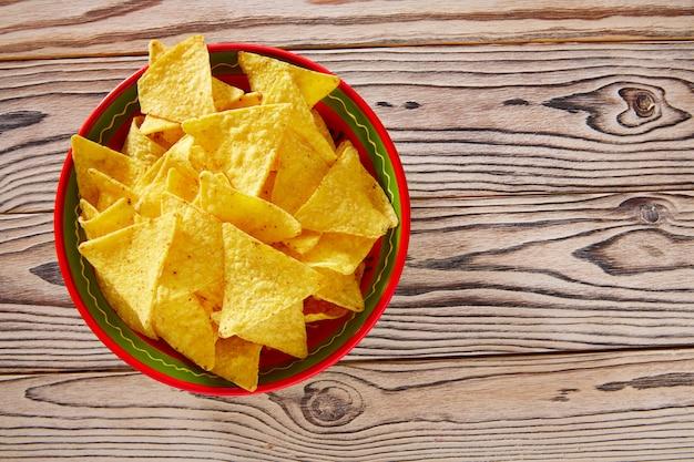 Tortiglia messicana dell'alimento dei nacho su legno bianco rosso