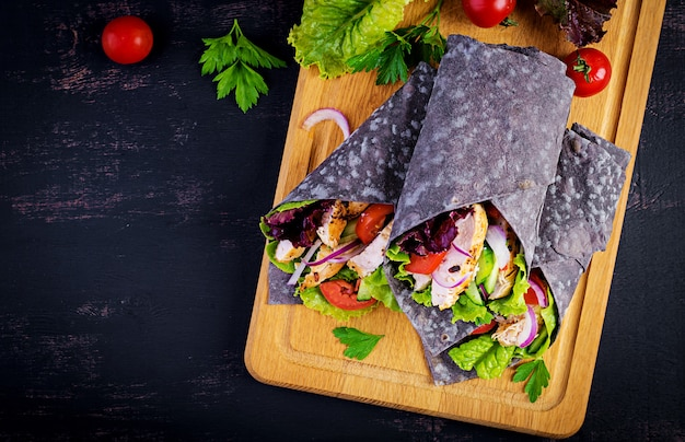 Tortilla con impacchi di seppia di inchiostro aggiunto con pollo e verdure