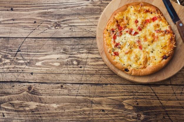 Tortilla fatta in casa della pizza con il pomodoro e il formaggio su legno