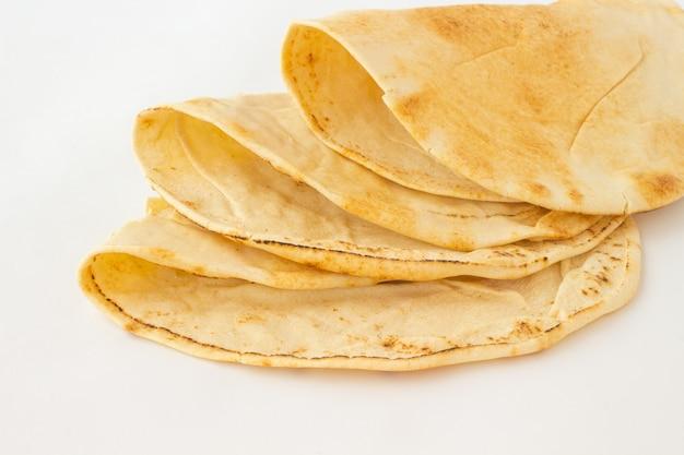 Tortillas di grano su un tavolo bianco.