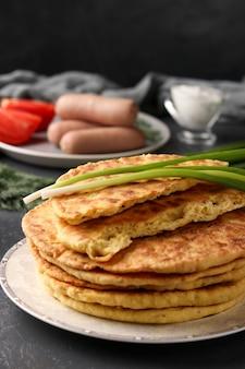 Tortillas fatte in casa, situate su un piatto, salsicce e pomodori