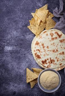 Tortillas messicane, chips di nachos e farina di mais. messa a fuoco selettiva