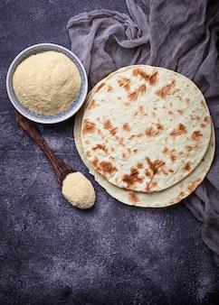 Tortillas messicane e farina di mais. messa a fuoco selettiva