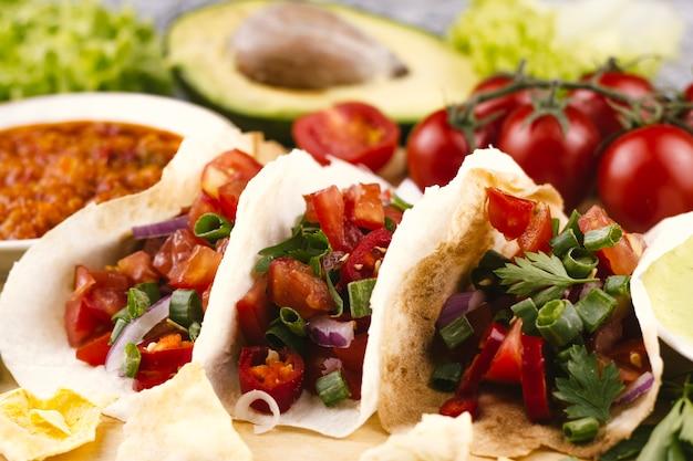 Tortillas vista frontale su sfondo sfocato